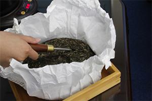 1.餅茶を必要な分だけ茶針で崩す。