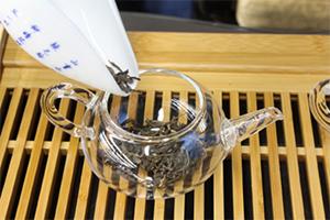 2.崩したお茶を茶壺(急須)に入れる。