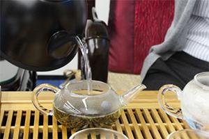 3.沸騰したお湯で容器を温める。茶壺(急須)にも熱湯を注ぐ。