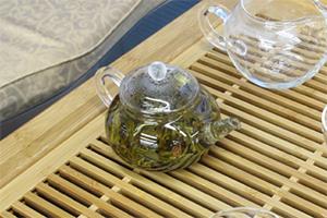 5.もう一度茶壺(急須)に熱湯を注ぎ、蓋をして蒸らす。
