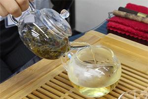 6.茶海(ピッチャー)にお茶をすべて注ぐ。