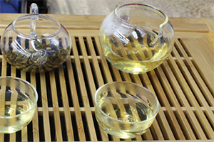 8.茶海(ピッチャー)にお茶をすべて注ぐ。